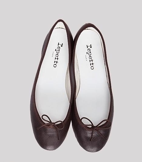 Klasszikus balerinafazon  A visszafogott, bőr balerinacipők minden stílusban otthonosan mozognak. Akkor is felveheted, ha lezser, farmer-pulóver összeállítást viselsz. Egy hozzá illő bőrtáskával kimondottan bájossá teheti az öltözékedet. Hosszabb sétákra érdemes egy picit magasított, szélesebb sarkú kreációt választanod, mert így jobban eloszlik a súly, mint a teljesen lapos talpú verziókban.