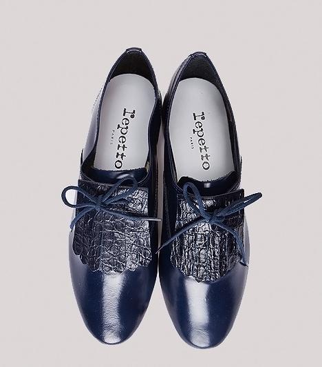 Extravagáns félcipő  Az új trendek ismét divatba hozzák a maszkulin félcipőket, melyek között a kis kockasarkú és a teljesen lapos talpú változatokat egyaránt megtalálod. Ha az egyszerű, fűzős lábbelik untatnak, a színes-díszes modellek táborában keresgélj, ahol olyan extravagáns darabokra lelhetsz, melyek virágmintával, csipkerátéttel vagy fényes díszítőelemekkel igyekeznek csajosabbá és izgalmasabbá tenni a letisztult fazonokat. Az efféle átmeneti topánokat nemcsak nadrággal, hanem szoknyával, ruhával is viselheted.