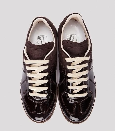Lakk tornacipő  A sportos tornacsukákkal ellentétben ezek a változatok nagyobb szerepet kaphatnak az utcai, casual megjelenésben. Szoknyával ugyan nem viselheted a tornacipődet, de ha leggingsszel, farmerrel vagy vászongatyóval és blézerrel párosítod, vagány, mégis csajos öltözéket nyerhetsz.