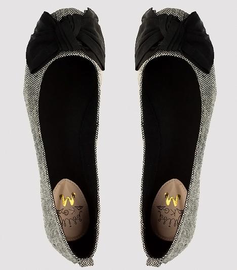 Óriás masnis, retro balerinafazon  Audrey Hepburn is megirigyelné ezt a finom kidolgozású, szövet anyagú topánkát. Bár első ránézésre visszafogottan elegáns, azért a vagányabb, laza stílusokban sem érzi idegenül magát. Fehér tunikainggel, farmerral és bőrdzsekivel összeboronálva tökéletes kompozíciót valósíthatsz meg egy ilyen cipellővel, ha kedveled a minimalista trendeket. A hatvanas éveket idéző, színes zsákruhák mellé rendelve pedig egyenesen kivirul.