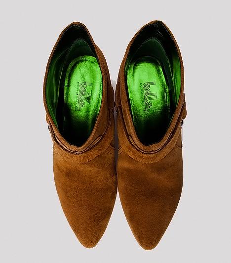 Western bokacsizma  Az őszi cipőkollekciókban a vékonyabb velúr bokacsizmákat ugyanúgy megtalálod. Ezek általában apró sarokkal rendelkeznek, így a súlyelosztás szempontjából kifejezetten jótékony hatással lehetnek a gerincedre, ráadásul számtalan stílusvariációt megvalósíthatsz velük. Kedvencük a vagány vagabond trend, de a vidéki romantika jegyében lenge muszlinruhával és harisnyával is felveheted a bokádnak szabad teret biztosító fazonokat.
