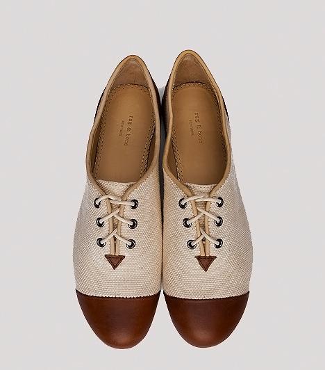 Vintage félcipő  A zsákvászonszerű anyagot és bőrt kombináló fűzős félcipők a húszas, illetve harmincas évek vidéki romantikáját idézik fel. A melegebb napokon vászonnadrággal és blúzzal, illetve rusztikus ruhácskával is viselheted, vegyítve az eleganciát a vagánysággal. Esős időben az efféle cipellők sajnos nem túl praktikusak.