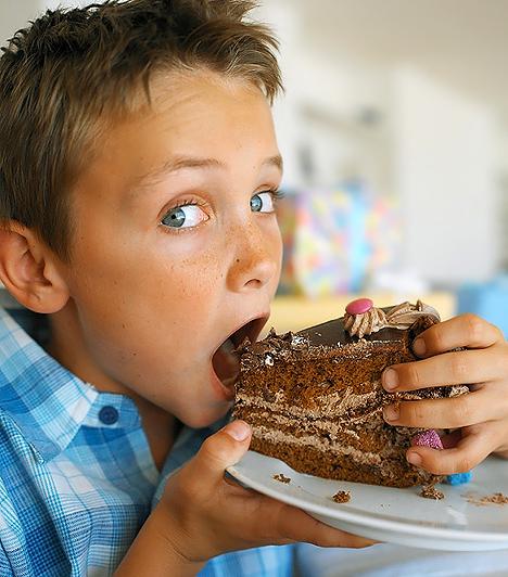 Csokitorta  Szerencsére a csokitorta sok családban csak ünnepekkor kerül az asztalra, mert valóságos kalóriabomba. Ha 10 dekagrammnyi tortaszeletet veszünk alapul, akkor a csokis finomság 367 kalóriát, valamint 54,6 g szénhidrátot és 16,4 g zsírt tartalmaz. Ez már önmagában is nagyon sok, de gondolj csak bele, mennyit tehet még hozzá a dekorációnak használt színes cukordara és marcipán, vagy a tejszínhab. Nem beszélve arról, hogy a kakaós tortadara hidrogénezett növényi zsírokat tartalmaz. A legújabb kutatások szerint a hidrogénezés során transzzsírsavak keletkeznek, melyek károsak az érfalakra.