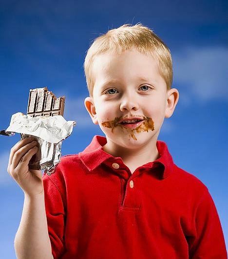 Kakaós tejtábla  Már a neve is sejteti, hogy nem véletlen az óvatoskodó körülírás, hiszen a kakaós tejtáblának semmi köze a csokoládéhoz. A csokinak kinéző édesség előállítása ugyanis nem igényel kakaóvajat, elegendő hozzá egy kis sovány kakaópor. Ez akár még jól is hangozhatna, ha nem lenne benne töménytelen mennyiségű cukor, növényi zsiradék, állományjavító és ízesítő, melyek között az értékesebbnek minősíthető kakaópor igencsak elenyésző részben van jelen.