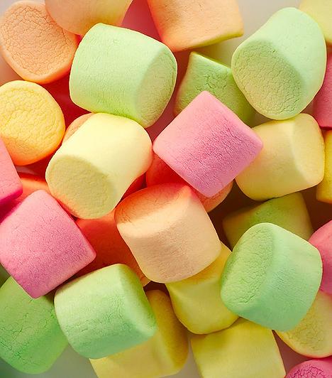 Pillecukor  A pillecukor az USA-ban annyira közkedvelt, hogy a forró csokitól kezdve a kakaóig bármibe képesek belerakni. Itthon leginkább csak önmagában, zacskóból majszolják a gyerekek a szivacsos állagú nyalánkságot, mely valójában nem más, mint felhabosított tömény cukor, egy kis mézzel és zselatinnal összetapasztva. Az otthoni elkészítésre ajánlott receptekben a színezéshez általában szörpök vagy gyümölcslevek hozzáadását javasolják, melyek szintén nem hangzanak túl jól a cukortartalmuk miatt. A boltokban kapható, zacskós termékek esetében viszont mesterséges aromák és színezékek felelnek a csábító ízekért, illatokért és színekért.