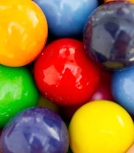 Gömbrágó  A gyerekek számára a színes csomagolás és az édes cukorkamáz a legcsábítóbb a gömbrágó esetében. Igazából egyik rágógumi sem ajánlott a kislurkók számára, elsősorban azért, mert ha véletlenül lenyelik, a szervezetük nem képes lebontani a mesterséges gumi- és gyantaszerű anyagokat. Ám a cukormentes gyümölcsízű rágókkal szemben a cukormázzal bevont gömbrágó glükózszirupot, ízesítőanyagokat és színezőanyagokat is tartalmaz, így az egészségre és a fogakra egyaránt károsabb hatással bír.