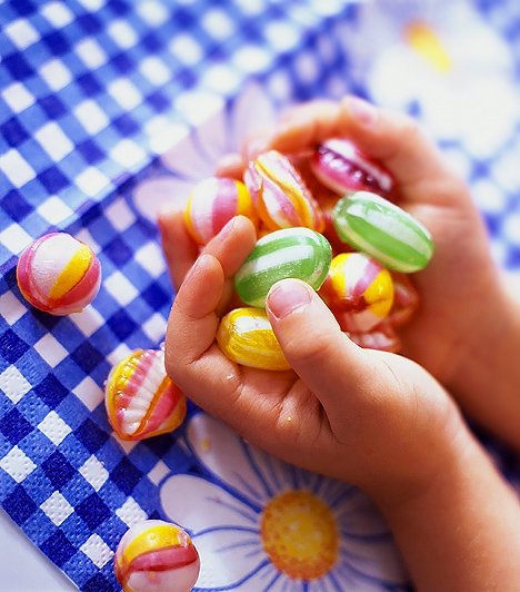 Töltött selyemcukorka  Minden cukorka káros hatású, mivel cukorból és glükózszirupból készülnek, de a töltött keménycukorkák háromszor durvábbak, ami a cukortartalmukat illeti. A töltött keménycukorka ugyanis szacharóz és glükózszirup, vagy más szénhidráttartalmú anyagok vízben oldott és besűrített elegye, melyet még ízesítő- és színezőanyagokkal is teletömnek. Tulajdonképpen tömény cukorból áll a belső töltelék és a külső máz is, de a cukorkaburkot még egyfajta védőréteggel is ellátják ballírozással, hogy megakadályozzák a cukorkaszemek összeragadását. Ilyenkor a külső mázra még egy szacharózréteg kerül.