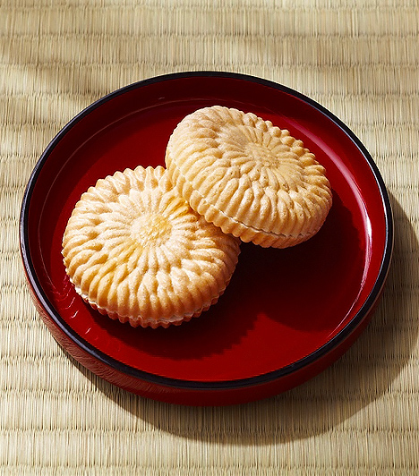 Tartós sütemény  Az előre csomagolt édes teasütemények zöme több hónapig is képes elállni. Amellett, hogy búzalisztből, zsiradékból, illetve tojáskészítményből történik az előállításuk, jelentős mennyiségben tartalmaznak cukrot, valamint zsírban gazdag dúsítóanyagokat. A tartósság elősegítésére azonban kémiai adalékanyagok felhasználása is szükséges. Így olyan konzerváló segédanyagok tobzódhatnak az uzsonnára szánt finomságban, mint a baktériumok szaporodását megakadályozó propionsav, sőt, különféle benzonátszármazékok és penészedésgátlók úgyszintén előfordulhatnak a termékben.