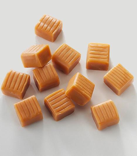 TejkaramellaA tej- vagy vajkaramella néven ismert cukorka a legolcsóbb édességek közé tartozik, hiszen az előállítása a legkevésbé sem bonyolult. A tömény cukrot magas hőfokon karamellizálják, hozzáadnak egy kis emulgeálószert, keményítőszirupot, tartósítószert, étkezési sót, etilvanillint, valamint zsíros tejport vagy vajat, és már kész is az étvágycsökkentő nyalánkság. Általában 200 grammos csomagban kapható, így elég sokkolóan hatnak azok az adatok, melyek szerint 10 dekagrammnyi - vagyis félzacskónyi - karamellacukorka 438 kalóriát, továbbá 81,6 g szénhidrátot és 11,4 g zsírt tartalmaz.
