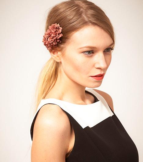 Virágcsat  Egy egyszerű virágcsat is hihetetlenül feldobhatja a megjelenésedet és a frizurádat. Ideális kiegészítő, ha kisgyereked van, és nincs időd folyton a hajaddal bíbelődni.