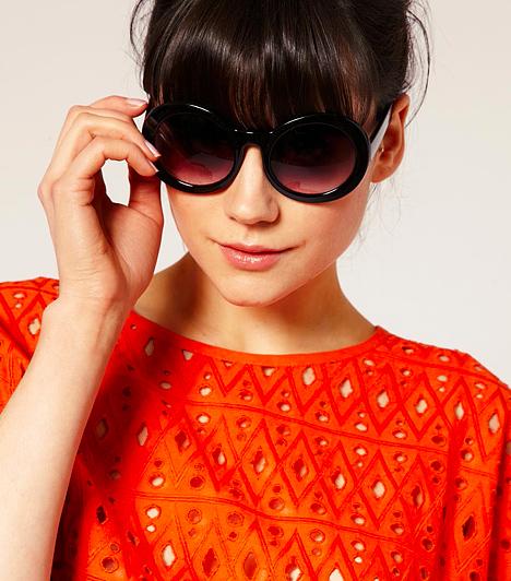 Napszemüveg  Ha eddig minden divatkorszakból megőriztél egy napszemüveget, akkor nem is kell új darabra szert tenned, mert az aktuális irányzatok ömlesztve kínálják a nyolcvanas-kilencvenes évek fazonjait, sőt, egészen a harmincas évekig nyúltak vissza a dizájnos formákért. Főként a kerek lencsék, valamint a nyújtott keretű cicaszemüvegek szerepelnek az idei slágerlistán. Arra azonban ügyelj, hogy a fejformádnak megfelelő típusra essen a választásod. Ha a várandósságod alatt kicsit kerekebb lett az arcod, a körlencsés és széles szemüvegektől óvakodj.