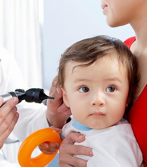 Középfülgyulladás                         A középfülgyulladáson a gyerekek többsége legalább egyszer átesik iskoláskoráig. Enyhe középfülgyulladás esetén az orvos jellemzően orrcseppet és antibiotikumot rendel, melyek eredményeképp a betegség nagyjából egy hét alatt lezajlik. Elhúzódó esetben a dobhártya felszúrása az egyetlen módja a már kialakult középfülgyulladás meggyógyításának.                         Kapcsolódó cikk:                         3 rejtett lelki ok, ami miatt állandóan beteg a gyerek »