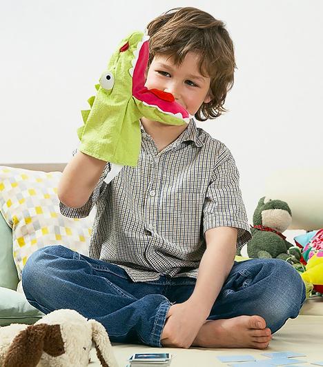 BábokA bábokkal történetet lehet elmesélni, így a gyerek beleélheti magát egy szerepbe, és használhatja a képzelőerejét. Ez nemcsak az érzelmi intelligenciáját fejleszti, hanem megmozgatja a fantáziáját és a kommunikációs képességére ugyanúgy pozitív hatást gyakorol. Érdemes közösen játszanod a csemetéddel, így te is alakíthatod az elbábozott mesét, amelybe tanulságos szálakat csempészhetsz. Az ilyen játék során a kicsi szókincse és beleérző tehetsége úgyszintén gyarapodhat.