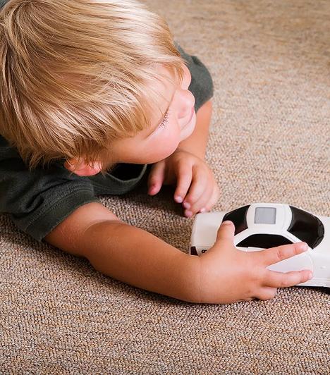 Gurulós játékKislányoknak és kisfiúknak egyaránt lehet húzható, tolható kerekes játéka. A madzagra kötött guruló játékok vagy a tologatható társaik fejlesztik a ritmusérzéket, hiszen a gyerkőcnek úgy kell szabályoznia a tárgy mozgását, hogy az összehangolt legyen a járásával. A kisautók mozgatása is igénybe veszi az apró ujjacskákat, ráadásul gyakran hangutánzás társul a játékhoz, ami megedzi a hangképző szerveket.