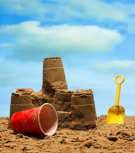 Homokozó szettA rajzoláshoz és a gyurmázáshoz hasonlóan, a homoksütik lelkes gyártása és a homokvárak építése felerősítik a művészi, alkotó hajlamokat. Ráadásul egy lapát, gereblye és vödör remek kézügyesség fejlesztő, és mivel a gyereknek kell kitalálnia, hogy mi mindent alkothat ezekkel az eszközökkel, a kreativitást is lázas munkába fogják.