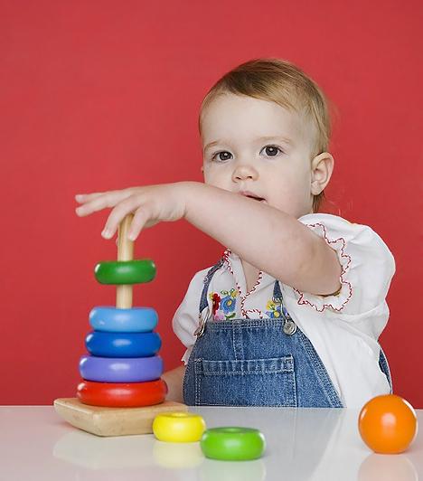 Toronyépítő játékA színes toronyépítő játékok a kisgyerekek kézügyességét és logikáját fejlesztik. Segítséget nyújtanak, hogy a picik megtanulják, mi az, hogy valami kisebb vagy nagyobb a másiknál, és közben a színek felismerését is gyakorolhatjátok.
