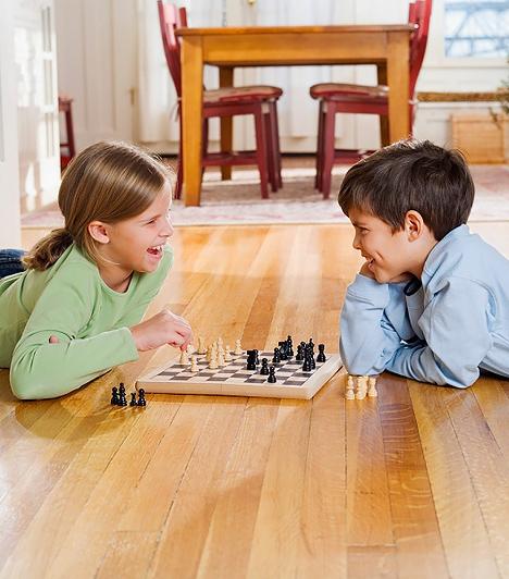 Társasjáték                         A legegyszerűbb társasjáték is fejlesztő hatással bír a porontyokra. A titok nem a szabályzat bonyolultságában, vagy a táblára festett képekben rejlik, hanem összességében a játék társas, vagyis közösségi mivoltában. Az együtt játszás során muszáj, hogy kifejezze a gondolatait a kölök, esetleg csapatot alkotva együtt kell működnie egy társával, miközben bizonyos sorrendet és szabályokat követnek. Az egészséges versenyszellemnek, a célravezető kommunikációnak, a kapcsolatteremtő képességnek és a csapatmunkának mind nagy hasznát veheti később az életben, a társasjátékok pedig ezekre nevelik és készítik fel a gyerekeket.