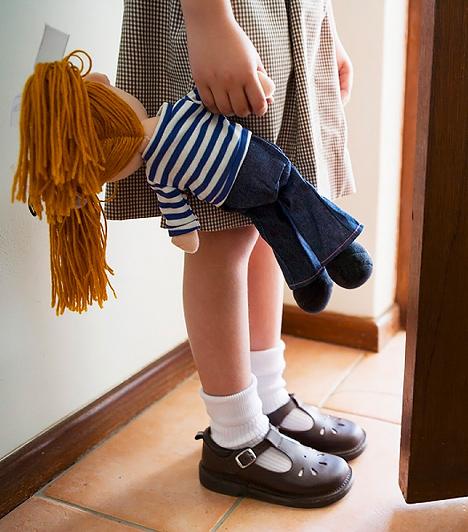 Baba  Az életutánzó szerepjátékok szintén fontosak a gyerekek számára, hiszen sokat tanulnak belőlük. A babát ösztönösen óvni akarják a kislányok, és rajtuk gyakorolják az anyukájuktól ellesett gondoskodást. A babával lejátszott folyamatok fokozzák az érzelmi intelligencia fejlődését. A stresszoldásban úgyszintén segíthet a kis kedvenc, mert a segítségével a kicsi kijátszhatja magából az őt ért sérelmeket, ha mondjuk csúfolták az oviban. Így megtanulja feldolgozni a rossz érzéseket. A kisfiúknál egy mackó is betöltheti ezt a szerepet.