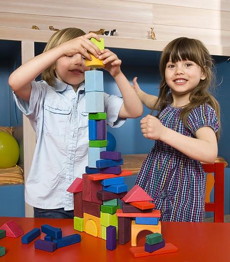 ÉpítőjátékAz építő, konstruáló jellegű játékok fejlesztik az ügyességet, megtanítják felismerni a térbeli viszonyokat, és a logikai képességre is jó hatást gyakorolnak. A kisebbeknek még tökéletesen megfelel az egymásra illeszthető hengereket, hasábokat, téglatesteket és kockákat tartalmazó játék, óvodáskorban azonban már ki lehet próbáltatni a gyerkőccel a bonyolultabb kombinatív képességeket és finomabb mozgást igénylő legót.