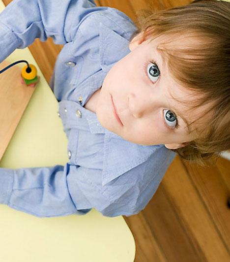 Ha nincs közös játék  Az, hogy a gyerek jól elvan egyedül, nem jelenti azt, hogy egyedül kell hagynod játék közben. A kicsi ugyanis mintákat követve tanul - ha pedig magára marad, nem lesz mintája, és csak lényegesen kisebb körben lesz képes újabb információkat szerezni. Ez pedig hosszabb távon az értelmi fejlődésére is negatív hatással lehet.