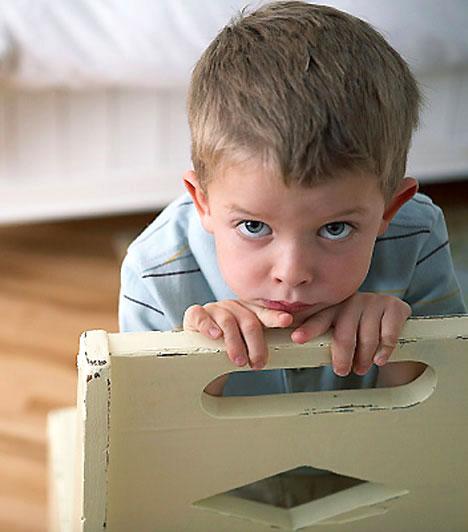 Spirituális gyereknevelés  A manapság egyre szélesebb körben terjedő spirituális gyereknevelés nyomán egyes szülők könnyen indigóvá nyilvánítják rosszcsont gyerkőcüket, és meg sem kísérlik fegyelmezni, mondván, hogy ezzel életfeladata teljesítésében korlátoznák a kicsit. Holott korlátok híján a gyerek nem tanul meg alkalmazkodni mindenkori környezetéhez, amire akár a jövője is rámehet.  Kapcsolódó cikk: Indigógyerek, vagy csak rosszcsont? »