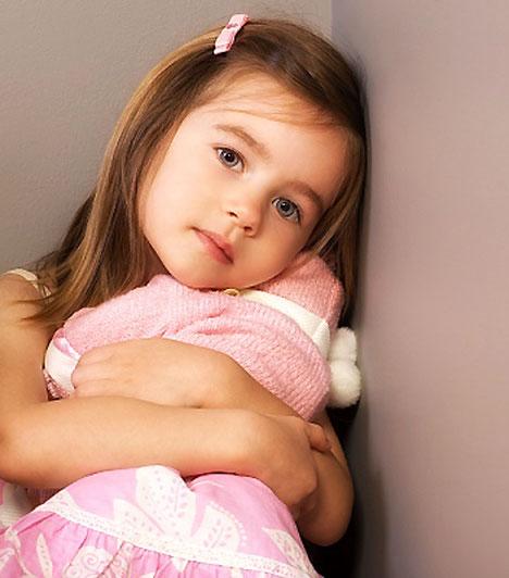 Elbeszélni a gyerek feje fölött  Konfliktushelyzetben sok szülő hajlamos a gyerek feje fölött beszélni. A hangerő egyre nő, miközben a tényleges információ elsikkad, hiszen a kommunikáció nagy része a szemkontaktus, illetve a mimika révén zajlik. Ha így teszel, csemetéd nem fogja megérteni, amit mondasz, hiszen nem látja az arcodat - így pedig amellett, hogy a fegyelmezés hatástalan lesz, előbb-utóbb el is távolodhattok egymástól.  Kapcsolódó cikk: 4 tuti tipp, amivel bármit elérhetsz a gyereknél »