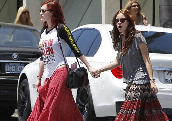 A jó ízléséről híres Demi Moore hogy engedhette ki az utcára a lányait ilyen slampos göncökben? Rumer és Tallulah úgy néznek ki, mint két ágrólszakadt szerencsétlen.