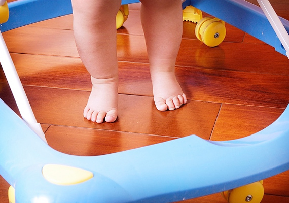 A bébikomp használata nemcsak nehezítheti a baba egyensúlyérzékének kialakulását, de balesetveszélyes is - a védőnők és a gyerekorvosok sok mindent tudnának ebben a témában mesélni. Ráadásul ezrekbe kerül.