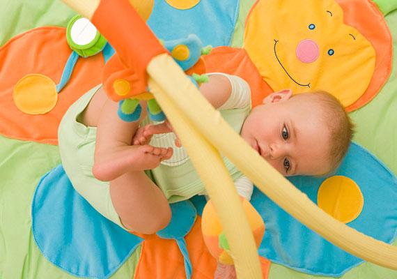 A színes szőnyegek helyett teríts a földre egy sima paplant, amit előtte színes huzatba húztál. Ez ugyanolyan puha és meleg, a baba nyugodtan nyüzsöghet rajta.