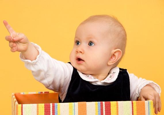 Akár egy egyszerű papírdoboz is fejleszti a baba intelligenciáját. Ha ugyanis együtt pakoljátok a játékokat ki-be, és közben elmondod, mi történik, azzal a kicsi beszédkészsége fejlődik.