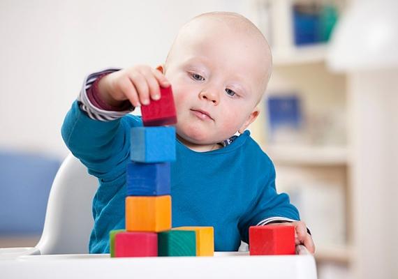 A baba élvezi, ha rombolhat, ezzel pedig ismereteket szerez az anyagokról, a tárgyak súlyáról, ráadásul a humorérzékére is jó hatással van. Persze, csak az ésszerűség határain belül engedd randalírozni.