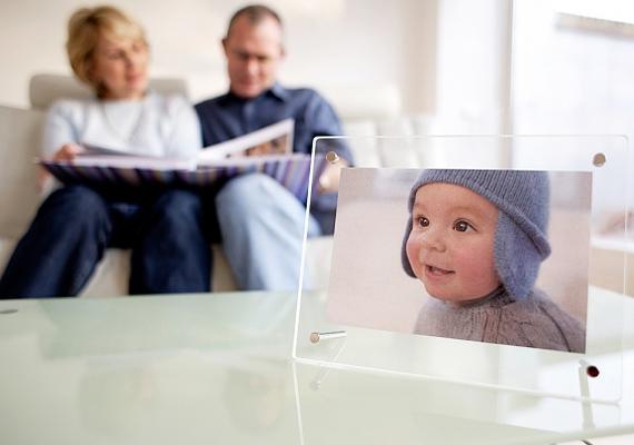 Miközben a képen látható figurákról mesélsz, a baba új szavakat tanul meg a fotók segítségével, és bővül az aktív és a passzív szókincse.