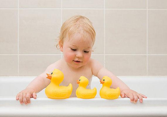 Bár a kád nem tekinthető kifejezetten tárgynak, éppúgy megvan a maga veszélye. Az orvosok a megmondhatói, hány gyerek fulladt bele néhány centis vízbe is. Fürdés közben még a babakorból kinőtt csemetét se hagyd soha magára.