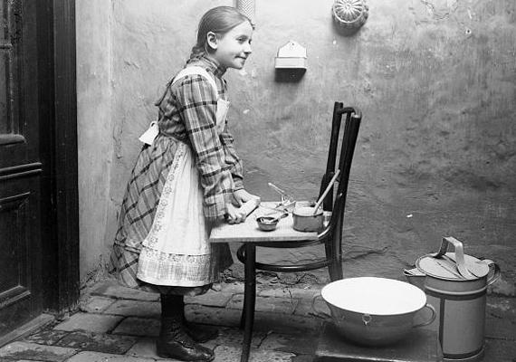 Régen nem volt miniatűr játékkonyha, ahol a lányok kiélhették magukat, így az igazi eszközöket használták. Bár ma már bármikor süthet csemetéd egy finom műanyag sütit, engedd néha garázdálkodni a konyhában.