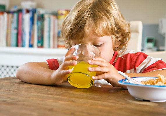 Hasonló a helyzet a magas cukortartalmú üdítőkkel. A bölcsődébe-óvodába járó gyerkőcöknél ritkábban tapasztalható vérszegénység, ugyanis ezekben az intézményekben kevesebb egészségtelen élelmiszerhez jutnak hozzá.