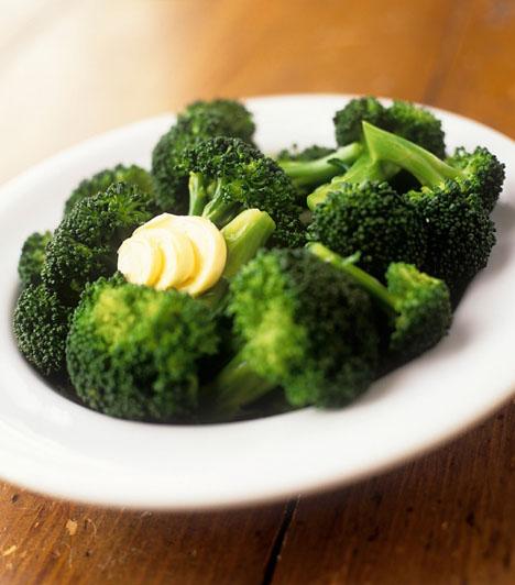 Top zöldségek                         A brokkoli,a kelkáposzta, a póréhagyma, a római saláta és a spenót bőségesen tartalmazzák a fejlődő szervezet számára nélkülözhetetlen vitaminokat és ásványi anyagokat. Mivel a kicsik a spenóttól mint főzeléktől általában idegenkednek, érdemesebb más formában beiktatnod a gyerkőc étrendjébe. Készíthetsz például egy spenótos lasagnét, az biztosan nagyon ízlik majd neki. Brokkoliból készíts sajtos rakott brokkolit, a sajt miatt a gyerekek imádják.