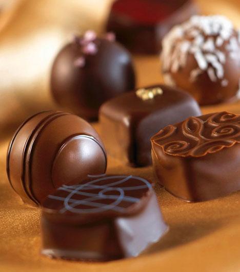 Minőségi csokoládé                         Sok szülő próbálja minél inkább kiiktatni a gyerek étrendjéből a csokit, mondván, hogy elveszi az étvágyát, hizlal, rontja a fogakat, ahelyett, hogy a csokit megfelelő időpontban, formában és minőségben adnák a kicsiknek. A csokoládé segíthet a tanulásban, szerotonintartalma révén kiegyensúlyozottabbá tesz, és kiváló vitamin-, ásványianyag- és antioxidáns-forrás is. Ehhez persze szükséges, hogy a csoki kiváló minőségű és magas kakaótartalmú legyen. Válassz inkább drágábbat a boltban, mint gyenge minőséget!