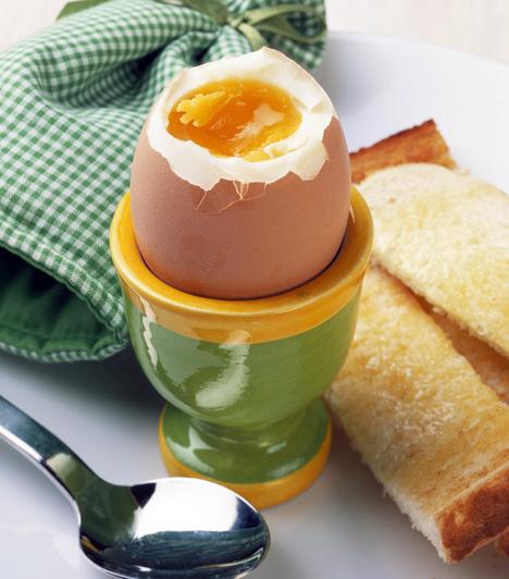 Tojás  A hüvelyesekhez hasonlóan a tojás is halmozottan tartalmaz a szervezet számára rendkívül fontos tápanyagokat, szelént, cinket és jódot. A szelén közvetve elősegíti az E-vitamin hasznosulását, közvetlenül pedig részt vesz a sejtvédő folyamatokban, emellett erősíti az immunrendszert. A jód alapvető eleme a pajzsmirigyhormonoknak, amelyek az anyagcsere-folyamatokat, a növekedést, a szellemi fejlődést és a fehérjeszintézist szabályozzák, a cink pedig számos enzim és hormon alkotórésze, szükséges az A-vitamin aktiválásához, az immunrendszer normál működéséhez