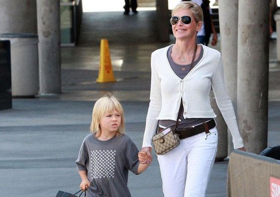 Sharon Stone három örökbefogadott csemetét nevel nagy odaadással, ám időnként ő is hibázik. Néhány éve az egyik gyerkőc lábát botoxinjekciókkal akarta kezeltetni, mondván, hogy így elmúlik az izzadás és az azzal járó szag. A színésznő volt férje szerencsére leállította az akciót.