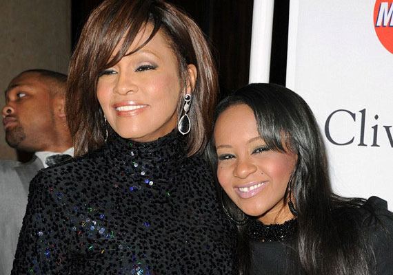 A közelmúltban elhunyt Whitney Houston lánya apjára eddig sem nagyon számíthatott, most pedig édesanyját is elveszítette - ráadásul az anyagi háttere is bizonytalan, ugyanis Whitney függőségei miatt felélte a vagyonát.