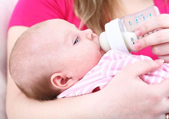 A kicsi egyetlen tápláléka az anyatej - ha szülés után tudsz szoptatni, nyugodtan lehúzhatod a listáról, ha nem, valamelyik családtag bármelyik boltban megveheti, amíg te a kórházban vagy.