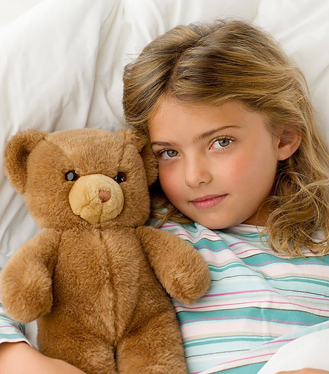 Alvós maci  Egy puha, ölelgethető Teddy mackó állandó lakója lehet a gyereked ágyának. Az éjszakáktól szorongó csemetédnek történeteket szőhetsz lefekvés előtt bátor plüssbarátjáról, akivel mesés kalandokat élhet át álmában. A kisebb termetű alvótársat nyaralni is magatokkal cipelhetitek, így biztonságérzetet nyújthat a kicsinek az idegen környezetben. Ha fel is riad éjjelente, a macit magához szorítva hamar megnyugszik, ezáltal könnyebben visszaalszik.