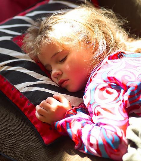 Szundipárna  Bármilyen mesefigurás kispárna megteszi, akár egy apróbb is, amit a gyerkőc magához ölelhet alvás közben. Az olcsóbb kategóriák nem tudnak zenélni, de ez nem is lényeges. A szundipárna ugyanis egy anyaillatú darabkája a biztonságos otthonnak, amire te magad is rásegíthetsz. Ügyelj rá, hogy mindig olyan öblítőillata legyen, mint a te ruháidnak.