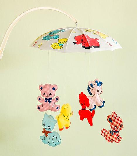 Ágy fölé függesztett játékok  A kiságyra szerelhető, lelógós játékszerkentyűvel elterelheted a baba figyelmét a sírásról. Amikor nagyobbacska lesz a csemetéd, a játékfigurákat leszerelheted a szerkezetről, és a lámpaburára aggathatod. Az egész kiskorát végigkísérő játékok sokkal kedvesebbek a gyerek számára. Ahogy fejlődik a fantáziája, együtt mesébe illeszthetitek a jól ismert figurákat, felruházva őket mindenféle tulajdonságokkal.