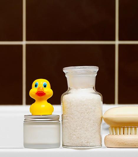 Hűtőfürdő  A kicsi lázát kúppal és lázcsillapító gyógyszerekkel is lehúzhatod, de fizikai hőcsökkentést ugyanúgy alkalmazhatsz. A hűtőfürdő és a borogatás abban segít, hogy a test minél nagyobb felületen tudjon hőt leadni. Azonban nem az a cél, hogy teljesen lehűtsd a gyereket. A láznak ugyanis nagy szerepe van a szervezet öngyógyításában, hiszen magas hőmérsékleten elpusztulnak a kórokozók, így nem tudnak tovább szaporodni. Csupán kordában kell tartani a testhőmérsékletet. A kézmeleg fürdővizet fokozatosan hűtsd le langyosra.