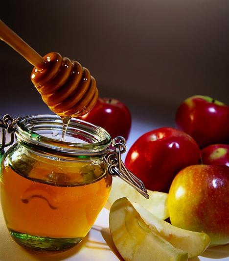 Méz és alma - nagyszerű gyógyítók  Az almának rendkívüli gyógyítóereje van, ami főleg a pektinben gazdag húsának köszönhető. A betegségek megelőzésére is nagyon jó, de ha már bekövetkezett a baj, akkor sem mellőzendő. A mézből rengeteg energiát nyer a szervezet, emellett fertőtleníti és nyugtatja a gyulladt torkot. Egyéves kor alatti gyerekeknek azonban nem javasolt, mert allergiás tüneteket válthat ki.