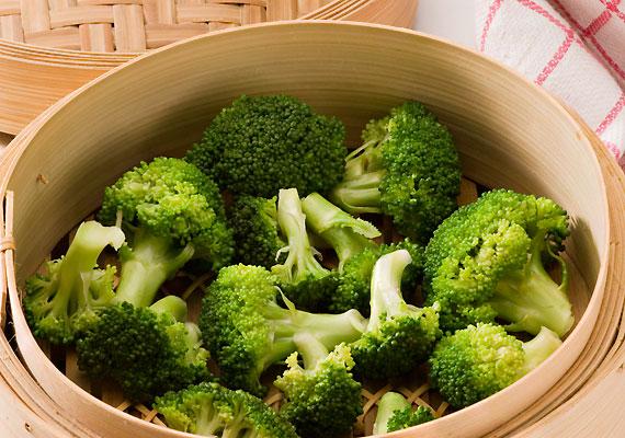 Az ilyenkor is kapható a brokkoliban sok-sok A-, C-vitamin, valamint glutation található. Ha egy kis sajttal köríted a fogást, immunerősítő B- és D-vitamint is juttathatsz csemetéd szervezetébe