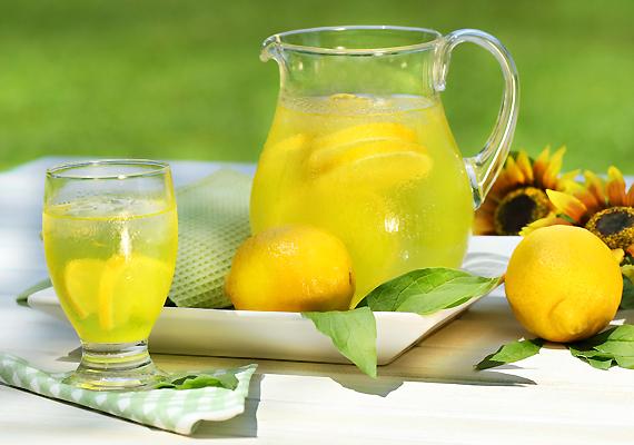 A gyógyulási folyamatot felgyorsíthatod, ha gondoskodsz a kellő folyadékpótlásról. Itass a gyerkőccel sok ásványvizet, vagy akár sima csapvizet. Ha ez így unalmas neki, készíts limonádét, de cukor helyett mézzel.