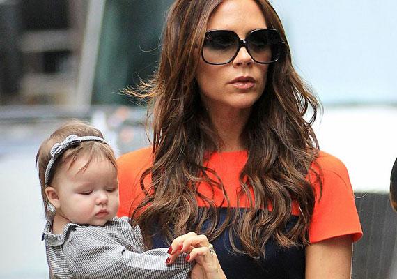 Negyedik gyermekük a Harper Seven kettős keresztnevet viseli: előbbi a Harper's Bazaar című divatlapra, míg a hetes szám apuka mezét díszíti.