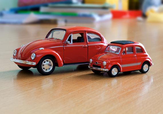 Egy bogárhátú VW és egy Fiat 500-as - az olaszok egyébként az utóbbi alapján álmodták meg a ma nagyon is trendinek számító Zagato sportkupét.